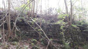 Ce 2ème petit mur d'enceinte nord sous la tour semi-circulaire